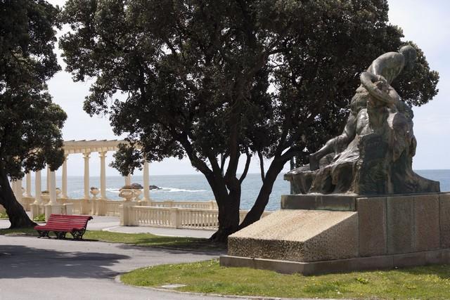 Douce promenade portuane le long de l'océan