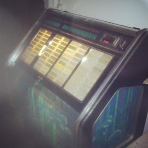 La trouvaille du jour, un juke box à l'ancienne dans un bar !