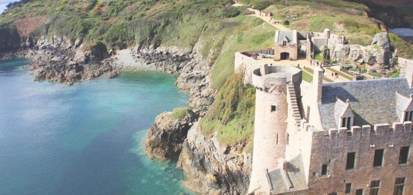 Fort, phare & mer turquoise : direction la Bretagne !